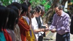 Clip: Sinh viên vùng lũ được trường tặng tiền, suất ăn miễn phí trong 1 tháng