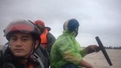 Quảng Bình: Ngư dân dùng thuyền tìm cứu nông dân ngập trong lũ