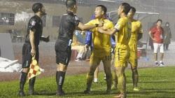 Trọng tài V.League bắt việt vị sai khiến Nam Định uất ức... giải nghệ và ân hận