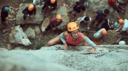 Khách nước ngoài hứng thú với tour leo núi mạo hiểm ở Lạng Sơn