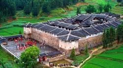 Bí ẩn khu nhà cổ hàng trăm năm, nặng 10.000 tấn ẩn mình trong rừng sâu ở Trung Quốc