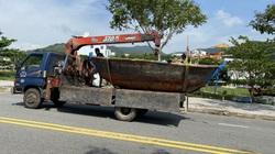 """Tránh bão số 9, ngư dân Đà Nẵng hối hả đưa tàu thuyền """"phi như bay"""" trên phố"""