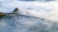 Cao tốc ở Trung Quốc bị bủa vây bởi biển mây kỳ ảo