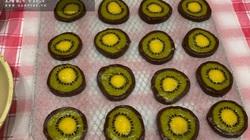 Mẹ con hào hứng vào bếp làm bánh quy hình trái kiwi đẹp mắt, thơm ngon