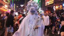 TP.HCM: Bất chấp phố Bùi Viện ngập sau mưa lớn, nhiều người vẫn tới vui chơi đêm Halloween