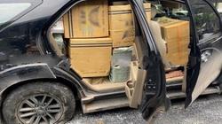 Chiếc xe chở đầy thuốc lá lậu vỡ nát đầu, nổ 2 bánh vẫn chạy điên cuồng