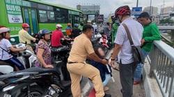Cảnh sát giao thông ngăn chặn kịp thời người vợ lao xuống kênh theo chồng