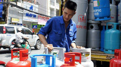 Vì sao giá gas tăng nhưng đại lý vẫn giảm cả trăm nghìn, còn tặng đường, dầu ăn?