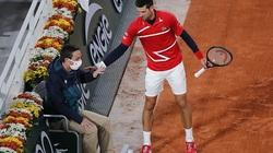 SỐC: Djokovic lại đánh bóng trúng mặt trọng tài tại Roland Garros