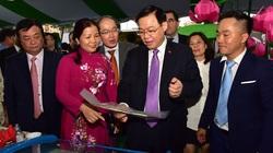 Bí thư Thành ủy Hà Nội Vương Đình Huệ ấn tượng với sản phẩm cá tra tại Tuần hàng Đồng Tháp