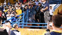 Clip: Thầy Park gọi Văn Thanh ra khán đài để hỏi thăm tình hình chấn thương ngay sau trận đấu