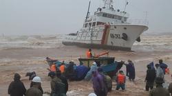 """Quảng Trị: Đội """"cảm tử"""" vượt sóng lớn cứu 10 thuyền viên bị chìm tàu"""