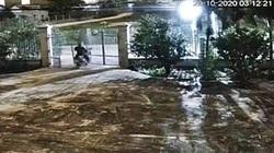 VIDEO: Tên trộm xe máy tông sập cổng sắt