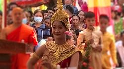 Rộn ràng Lễ dâng y Kathina tại chùa Chrey Tasor của người Khmer