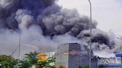 Cháy dữ dội ở TP.HCM, cả trăm cảnh sát căng mình dập lửa