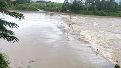 Clip: Giải cứu người đàn ông vượt đập tràn thủy điện, mắc kẹt giữa lũ lớn