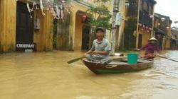 Lũ sông Thu Bồn lên báo động 3, du khách bơi thuyền trong phố cổ Hội An
