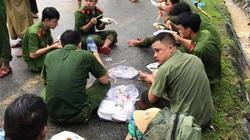 Xúc động cảnh ăn vội, đội mưa tìm người mất tích do sạt lở đất ở Quảng Nam