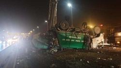 Xe chở rác lật trên cầu Nhật Tân, tài xế nhập viện cấp cứu