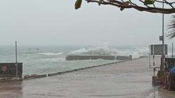 Clip: Gió mạnh cấp 7, giật cấp 10, sóng biển cao ngất đánh vào đảo Lý Sơn