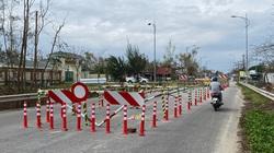 Quảng Ngãi: Dựng rào, cắm biển giảm họa cho tường chắn bê tông ở cầu Trà Bồng