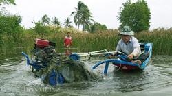 """Cà Mau: Một ông nông dân sáng chế máy cày siêu nhẹ """"bơi"""" như cá, hơn hẳn máy Nga, máy Trung Quốc"""