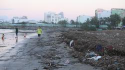 Ảnh: Bãi biển Đà Nẵng ngập ngụa trong rác sau bão số 13