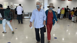 Đưa người thân ra thăm cháu bé bị chủ quán bánh xèo bạo hành dã man ở Bắc Ninh