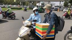 ẢNH: Hành khách vã mồ hôi đón xe rời sân bay Tân Sơn Nhất sau quy định phân làn mới