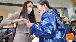 Ca sĩ Thủy Tiên nói cảm ơn chính quyền liên tục tại lần quay lại trao quà ở Quảng Trị