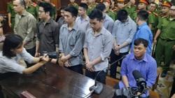 Xét xử phúc thẩm Phúc XO và đồng phạm: Phúc XO chân đi khập khiễng, được dìu vào tòa