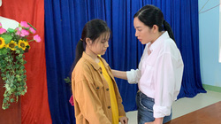 Mai Thanh Hà động viên, trao quà cho các em học sinh sau vụ sạt lở Trà Leng