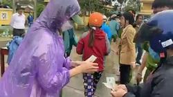 """Thủy Tiên trùm áo mưa phát tiền cho người dân Quảng Trị, """"phớt lờ"""" anti-fan kêu gọi tẩy chay"""