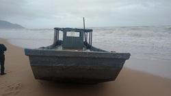 Thuyền lạ có vật in chữ Trung Quốc dạt vào bờ biển Thừa Thiên - Huế