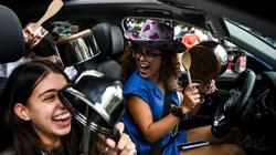 Người Mỹ tràn ra đường khui sâm panh, dùng xoong chảo ăn mừng chiến thắng của ông Biden