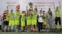 Video: Lần thứ 5 Đội bóng chủ nhà NTNN/Dân Việt nâng cao Cúp vô địch