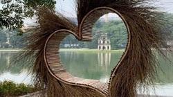 Trái tim được dựng ở Hồ Gươm khiến giới nghệ sĩ phản ứng