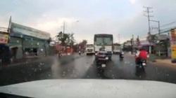 Video: Ôtô tải vượt ẩu, tông 2 người đi xe máy kinh hoàng