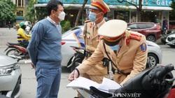 Bị dán phạt nguội vì ô tô vi phạm dừng đỗ, nhiều tài xế ở Hà Nội ngỡ ngàng