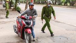 Tài xế quay đầu bỏ chạy, doạ bỏ xe khi gặp chốt thổi nồng độ cồn ở Hà Nội