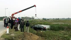 Xế hộp tông bay cột mốc lao xuống ruộng, tài xế tử vong trong xe
