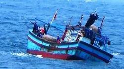 Tàu cá Bình Định bị sóng đánh chìm trên biển, 4 người thoát chết, 2 người mất tích