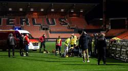 Hy hữu: Nhân viên của CLB Lorient bị cột đèn đổ trúng đầu