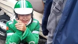 Nữ tài xế GrabBike ôm mặt khóc nức nở sau khi bị lừa mất điện thoại