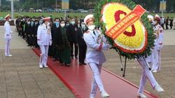 Ảnh: Đại biểu các dân tộc thiểu số Việt Nam xúc động khi vào Lăng viếng Chủ tịch Hồ Chí Minh
