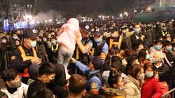 Cảnh sát giải cứu hàng chục người già, trẻ nhỏ khỏi đám đông xô đẩy, một cô gái trẻ ngất xỉu tại chỗ