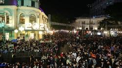 Hà Nội: Hàng vạn người đổ về các điểm bắn pháo hoa chào đón năm mới