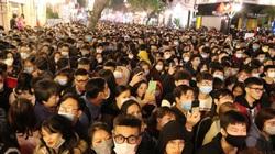 """Hà Nội: Người dân chen lấn """"bẹp ruột"""" ở khu vực hồ Hoàn Kiếm chờ đón năm mới 2021"""