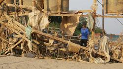 Nước sông Đà cạn, người dân phải hút cát để hạn chế cá chết