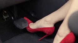Lái xe số tự động bằng cả hai chân: Hại xe, nguy hiểm